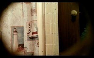 Espiando a novinha no banheiro