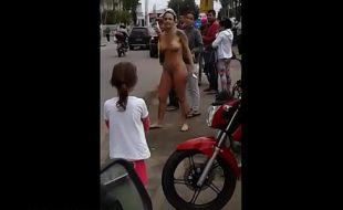 Loira gostosa pelada na rua