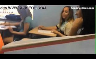 Novinha sem vergonha mostrando os peitos na sala de aula