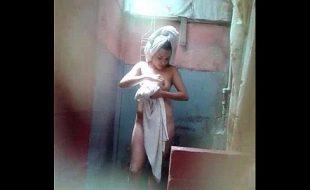 Novinha se preparando pra dar no banho