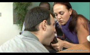 Valeska esposa safada esfregou o cacete do negao amante no marido