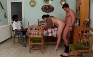 Enjoou da esposa e trouxe amigo para come-la