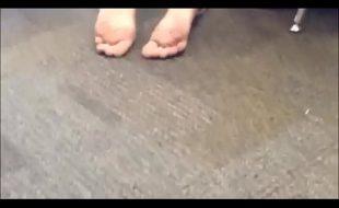 Tara por pés da novinha na escola