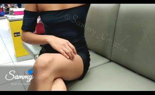 Gata exibicionista mostrando a calcinha em publico