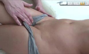 Corno deixa mulher receber massagem
