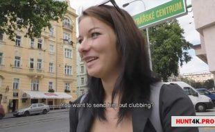 Oferecendo dinheiro para mulheres na rua em troca de sexo
