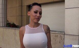 Lena steap-teaseuse aux gros seins se fait baiser par un joggeur [Full Video]
